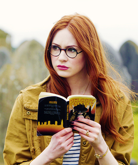 Doctor-Who-Amy-Pond-Wearing-Round-Glasses